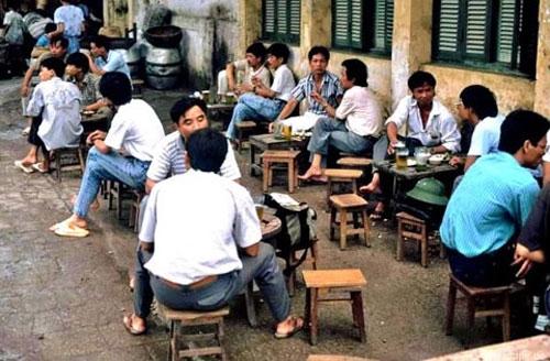 Điểm chung dễ nhận thấy nhất của các hàng quán vỉa hè Hà Nội xưa là bình dị và sơ sài. Song nhiều nơi vẫn thu hút khá đông khách.