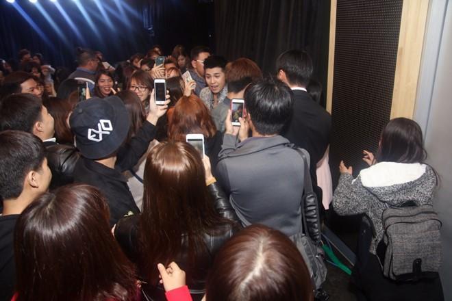 Khán giả vây lấy Noo Phước Thịnh sau khi buổi họp fan kết thúc.