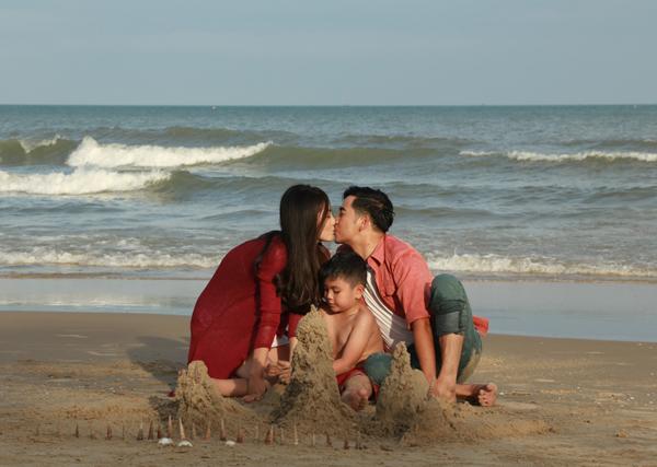 Họ có cảnh khóa môi ngọt ngào bên cậu con trai bụ bẫm. Ngọc Lan chia sẻ, cô rất tâm huyết với vai diễn này và cũng đang mơ về ngôi nhà và những đứa trẻ.