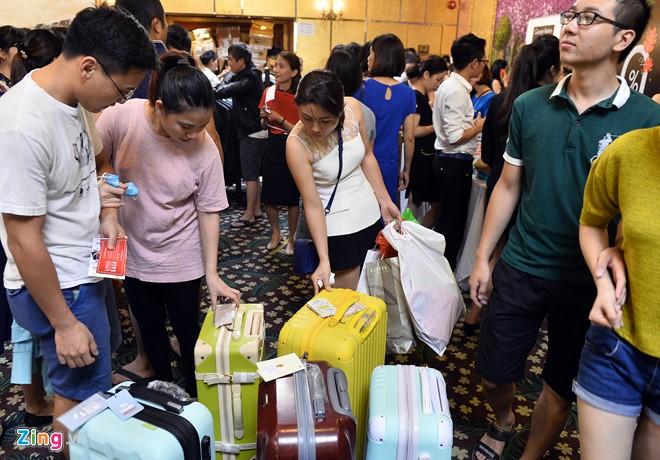 Những chiếc valy kéo. Một trong số đó niêm yết giá hơn 5 triệu, người bán cho biết giá chỉ còn 2,5 triệu do giảm 50%. Trong khi cũng valy đẹp như thế này bán ở ngoài giá chỉ khoảng 3 triệu.