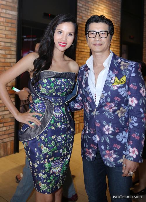 Dustin Nguyễn mặc vest hoa đồng điệu với trang phục của bà xã Bebe Phạm.