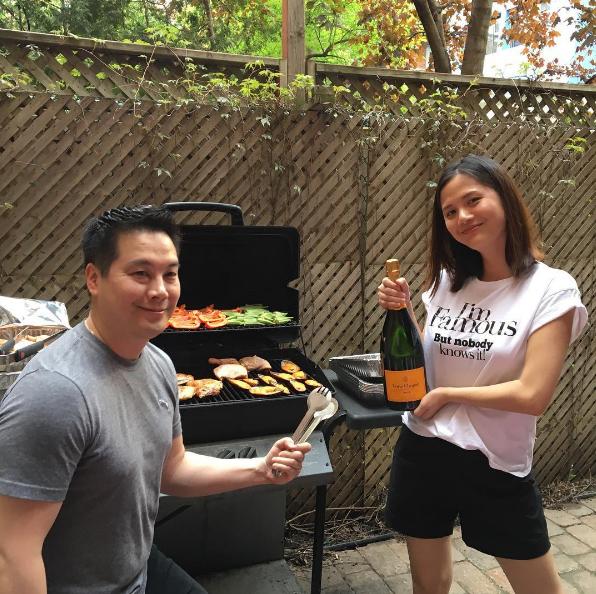 Vào mỗi dịp cuối tuần, cặp đôi hay tổ chức tiệc BBQ ngoài trời và mời bạn bè đến chung vui.