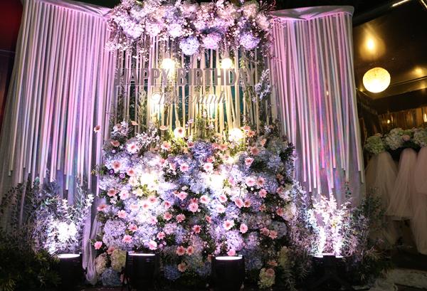 Không gian sinh nhật của Thu Minh lãng mạn với tông màu tím và rất nhiều hoa tươi.