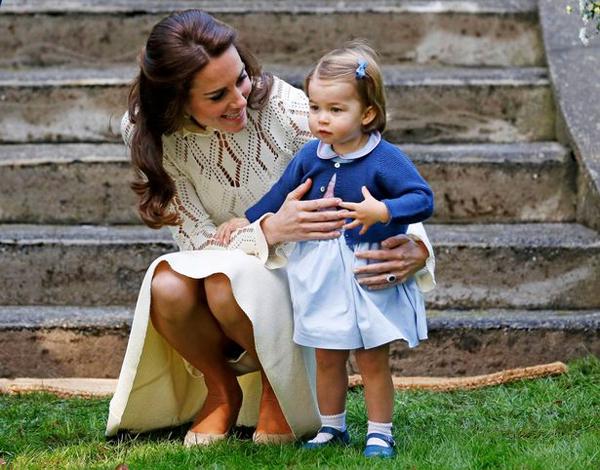 Kate xinh đẹp trong chiếc váy màu kem, luôn tận tình để ý đến con gái.