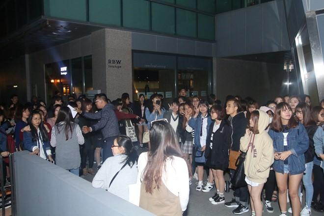 Trước đó, tuy thời tiết Seoul khá lạnh nhưng vẫn có gần 200 người hâm mộ đến từ sớm để chờ tham gia giao lưu, gặp gỡ thần tượng. Theo dự kiến, BTC chỉ cho 50 khán giả đăng ký trước được tham fan meeting lần này.