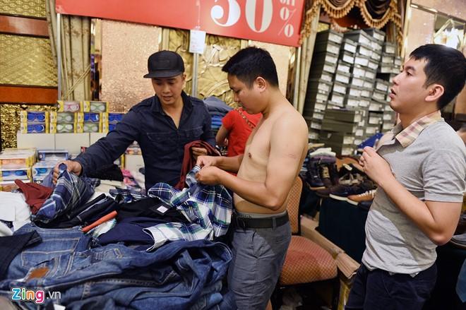 Những thanh niên rủ nhau mua áo sơ mi dài tay do mùa đông sắp đến. Chọn đi chọn lại khá nhiều mẫu mã, các anh cởi trần thử đồ ngay tại quầy cho nhanh.