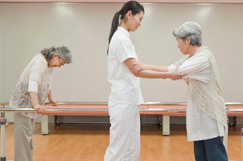 Tập phục hồi chức năng cho người cao tuổi. Ảnh minh họa.