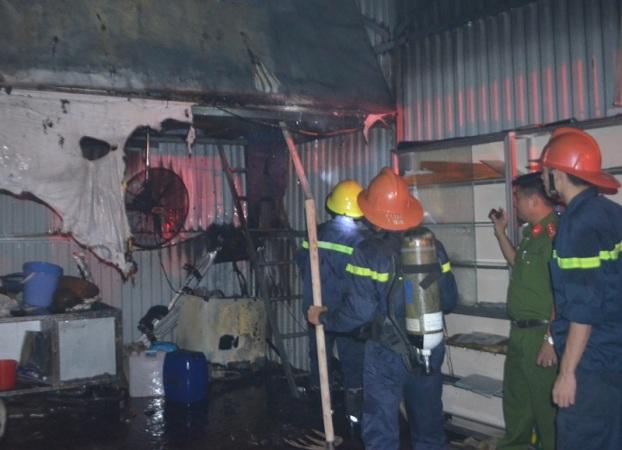 Đám cháy thiêu rụi một phần nhà xưởng. Ảnh: Dương Trường