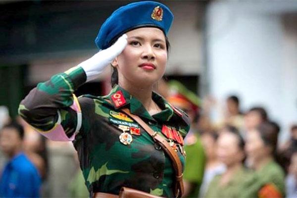 Công dân nữ có thể được tuyển chọn nhập ngũ trong thời bình. Hình minh họa