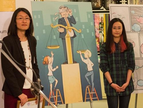 Tác giả Nguyễn Vũ Xuân Lan (phải) và đại diện UN Women tại Việt Nam.
