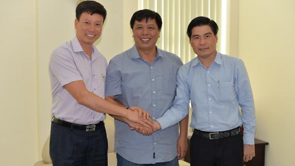Ông Nguyễn Thanh Hiếu- Phó Tổng giám đốc Cty BMC (ngoài cùng bên phải) tại buổi lễ ký nhận thanh toán ngày 31/3. (Ảnh: TG)