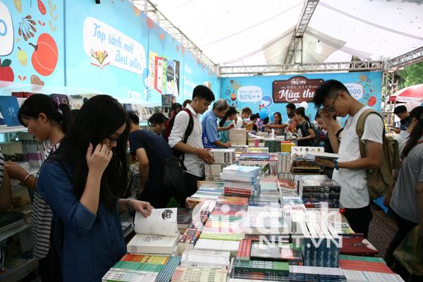 Nhiều gian hàng chật kín bạn đọc tới tìm mua sách.