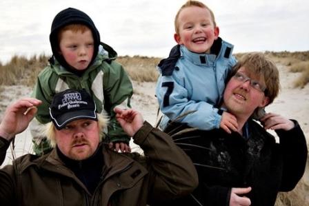 Hai cậu bé Đan Mạch này là anh em sinh đôi, cùng mẹ nhưng khác bố.