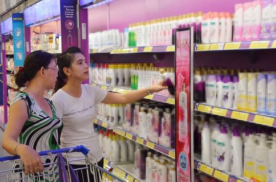 Người dân lựa chọn sữa tắm tại một siêu thị ở TP HCM. Ảnh minh họa: NLD