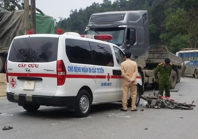 Chiếc xe máy của nạn nhân bị biến dạng sau va chạm.