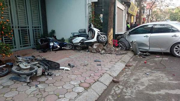 Vụ tai nạn xe Camry điên gây tai nạn chết người nghiêm trọng ở Long Biên, Hà Nội đã khiến dư luận lên án. Theo tin đồn, chủ nhân chiếc xe gây tai nạn là danh hài Quang Thắng và ngay lập tức nghệ sĩ này đã lên tiếng phủ nhận.