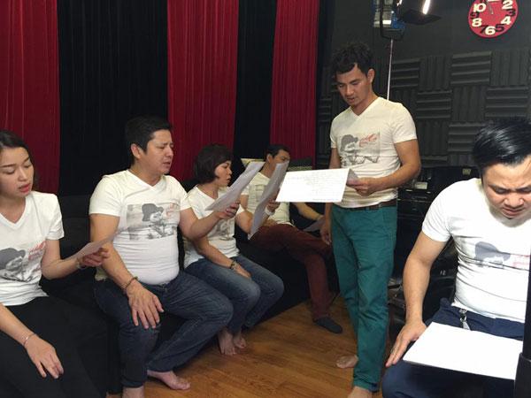 Nghệ sĩ Quang Thắng (trong cùng) cũng lặn lội từ Hải Phòng lên luyện tập cùng mọi người. Anh chia sẻ, đó là tấm lòng của anh dành cho nhạc sĩ Trần Lập.