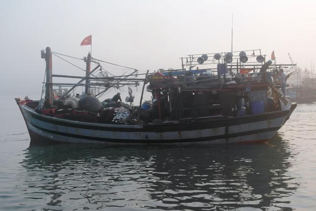 Tàu cá hư hỏng nặng được lai dắt vào bờ.