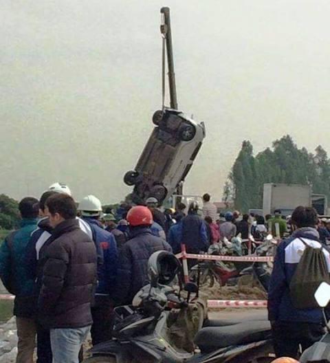 Lực lượng chức năng tiến hành trục vớt chiếc xe.