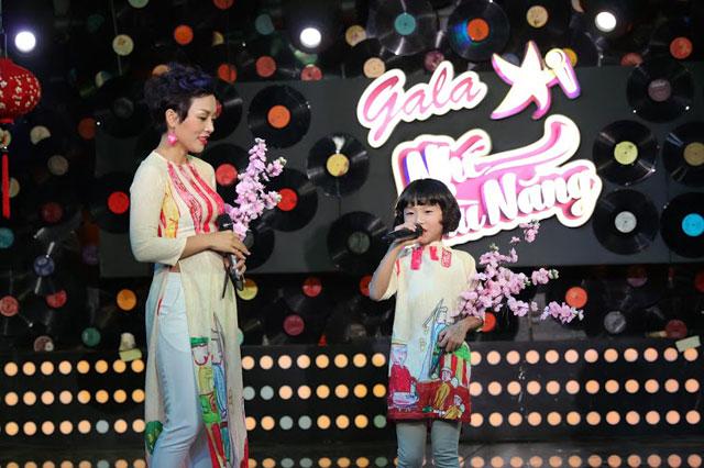 Cô bé cùng mẹ - Thái Thùy Linh đang tập dượt cho một chương trình ca nhạc cho thiếu nhi.