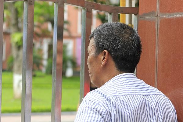 Đứng ở cổng trường nhìn vào trường thi đợi con ra. Ảnh: Q.A