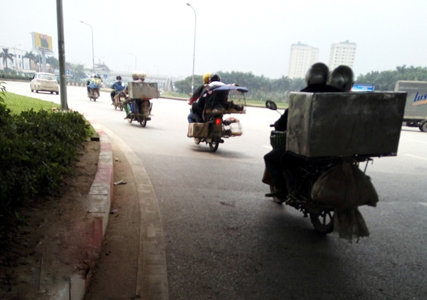 Đến địa phận xã Kim Chung, những chiếc xe này nuối đuôi nhau tuồn thịt bẩn vào chợ.