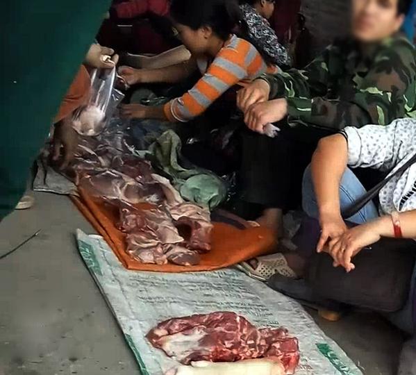 Thịt ế thì chỉ vài ba cân được bán cho khách lẻ về sử dụng, còn thịt thối, thịt lợn bệnh, lợn chết được bán nguyên tảng hoặc miếng lớn cho các quán ăn.