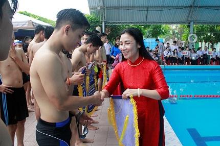 TS Nguyễn Thị Lệ-Hiệu trưởng nhà trường trao giải cho các đội. Ảnh: TV