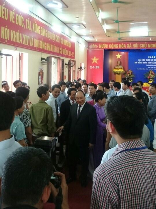 Thủ tướng Nguyễn Xuân Phúc cùng phu nhân về khu phố Đông Thái (h.Vĩnh Bảo) bỏ lá phiếu đầu tiên. Ảnh: TV