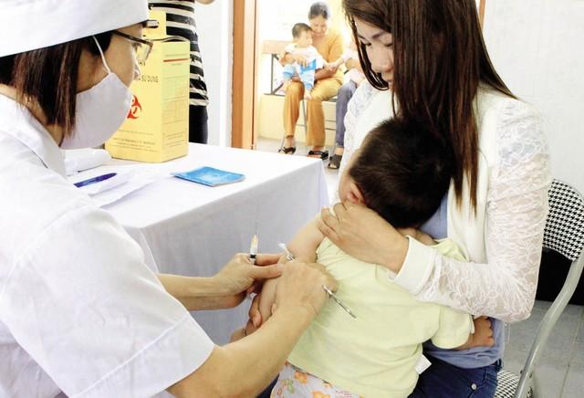 Với trẻ nhỏ cần tiêm vaccine viêm não Nhật Bản đầy đủ và đúng lịch là biện pháp phòng bệnh quan trọng và hiệu quả nhất.