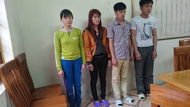 Hai cặp vợ chồng người Dao bị bắt giữ khi đang tiêu thụ tiền giả tại chùa Yên Tử. (Ảnh cơ quan công an cung cấp)