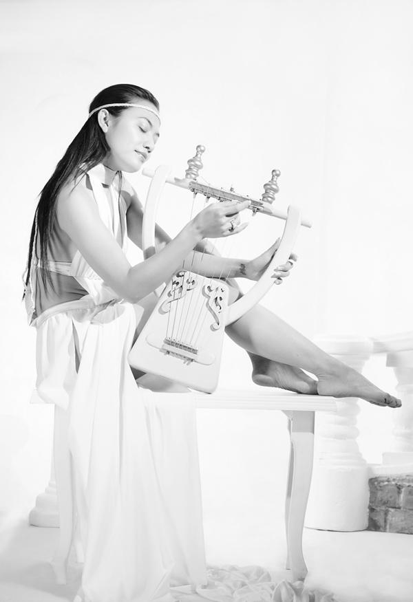 Ngoài là một nữ ca sĩ hát rock xinh đẹp, mỹ nhân Long Ruồi còn là diễn viên có nghề và gây được thiện cảm cho khán giả.