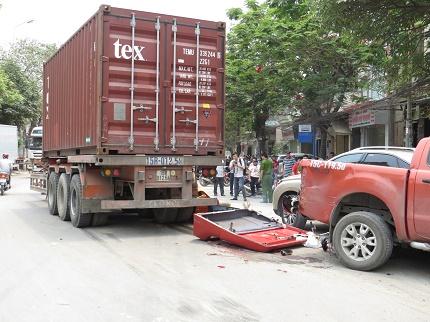 Hiện trường vụ TNGT nghiêm trọng trên đường Lê Thánh Tông (Hải Phòng) sáng 13/4. Ảnh: ML