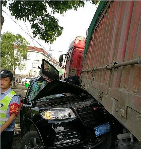 Chiếc xe bẹp dúm dó sau vụ va chạm
