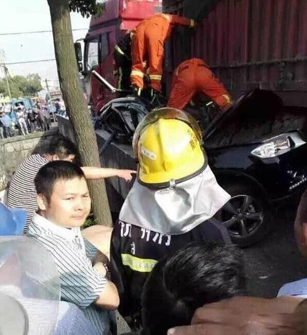 Các nhân viên cứu hộ phải mất hơn 2 tiếng đồng hồ mới giải cứu được 2 người phụ nữ ngồi trong xe.