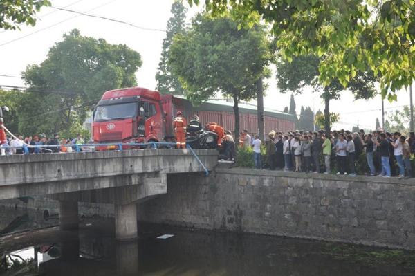 Các nạn nhân nhanh chóng được đưa tới bệnh viện gần đó.