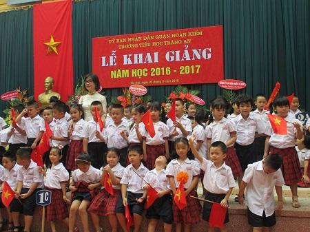 Học sinh lớp 1 của trường Tràn An (Hoàn Kiếm) chụp ảnh lưu niệm Khai giảng.