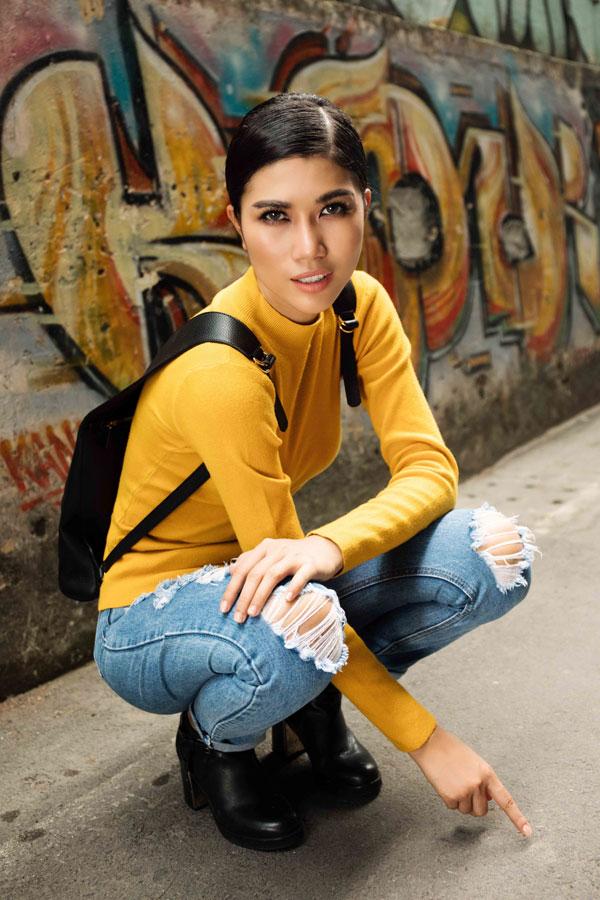 Siêu mẫu cảm thấy tự tin khi diện những trang phục trẻ trung phá cách khi đi dạo phố.