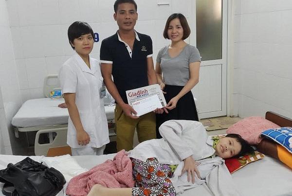 PV Phương Thuận đại diện chuyên mục Vòng tay nhân ái (bên phải) cùng đại diện Khoa huyết học (BV Bạch Mai) trao tiền cho gia đình chị Yến