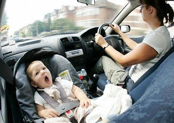 Để trẻ ngồi trong ô tô nhiều giờ ngày nắng nóng dễ khiến trẻ bị sốc nhiệt. Ảnh minh họa