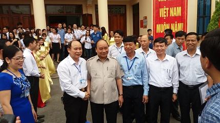 Thủ tướng Nguyễn Xuân Phúc chụp ảnh giao lưu cùng lãnh đạo Sở GD&ĐT Hải Phòng và BGH nhà trường. Ảnh: LV