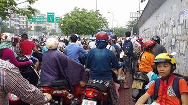 Người tham gia giao thông muốn đi cũng không được mà lùi cũng không xong