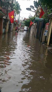Ở nhiều khu dân cư, nước đã tràn vào nhà, gây ngập đồ đạc. Trên một con ngõ đường Lạc Long Quân, nước ngập sâu tới trên nửa bánh xe, ô tô, xe máy không thể qua được.