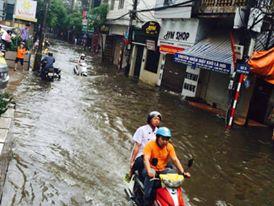 Trên đường Vũ Trọng Phụng, nước ngập thành sông. Người có việc phải di chuyển muốn gọi taxi nhưng taxi cũng đã từ chối chở khách.