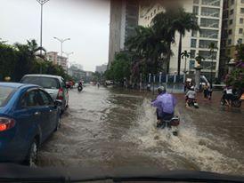Người đi đường như lướt trên sóng trên đường Nguyễn Hoàng Nam, Từ Liêm