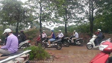 Các chủ phương tiện không thể di chuyển nên đưa xe lên vỉa hè để chờ nước rút và đường bớt tắc