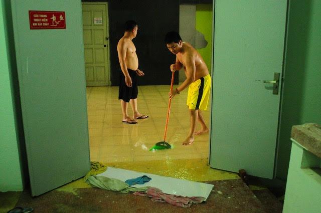 Nhiều người dân xử lý nhanh chóng để nước không tràn vào thang máy (ảnh người dân cung cấp)
