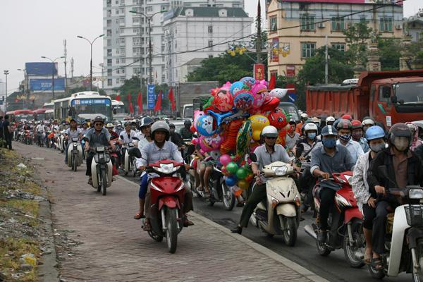 Nhiều xe máy trèo lên vỉa hè để vượt qua đoạn tắc.