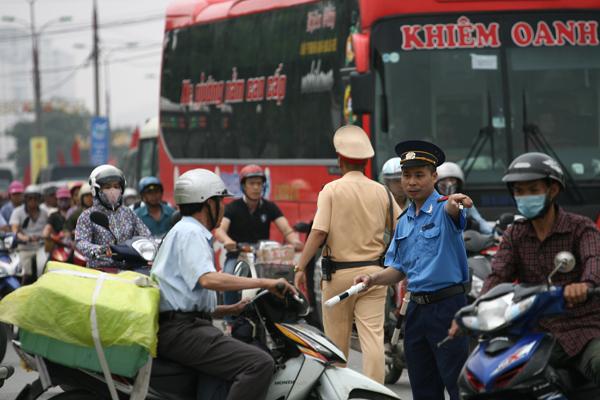 Lực lượng CSGT và TTGT vất vả điều tiết giữa vòng vây xe cộ