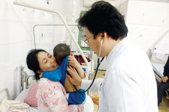 BS Nguyễn Văn Thường, Bệnh viện Đa khoa Xanh Pôn thăm khám cho bệnh nhi. Ảnh: V.Thu
